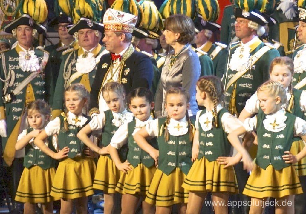 Reker und Ritterbach mit den Pänz von der Ehrengarde