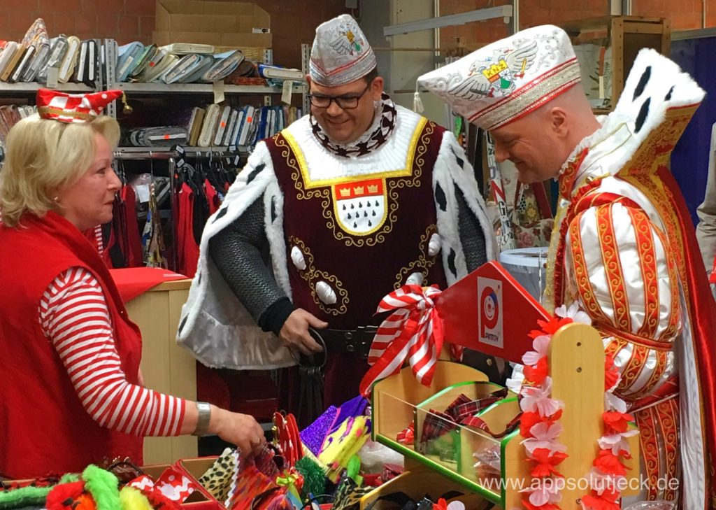 Prinz und Bauer des Dreigestirns begutachten die Werke der Caritas