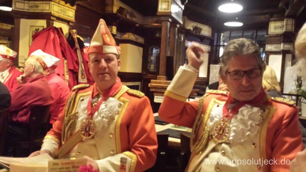 Zwei Nippeser in ihren Uniformen in einer Wirtschaft