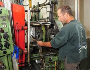 Spritzgussmaschine für die Herstellung eines Orden in der Werkstatt von Orden Bley