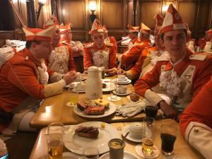 Frühstück vor dem Christian Heuchert und Schlambo beim Einzug in die Hofburg