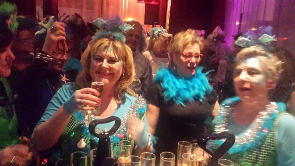 Zwei kostümierte Damen in der Pullmann Bar