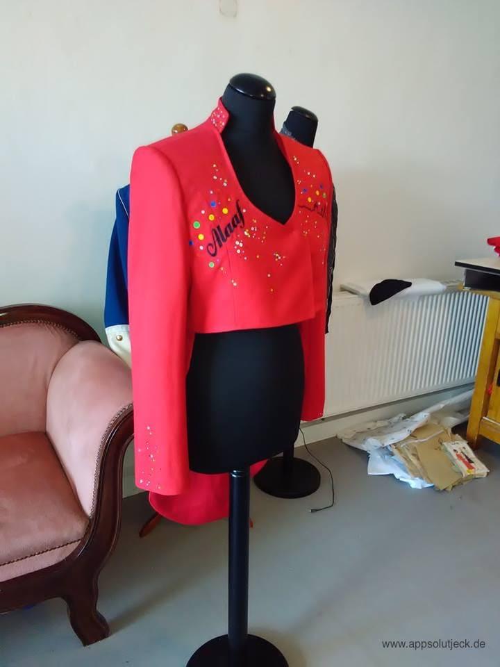 roter blazer mit alaaf schriftzug