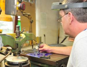 Das Negativwerkzeug für einen Orden entsteht in der Werkstatt von Orden Bley