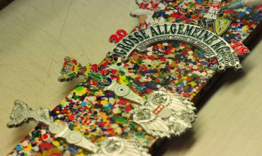 Farbauftrag auf den Orden der Große Allgemeine KG von 1900 in der Werkstatt von Orden Bley