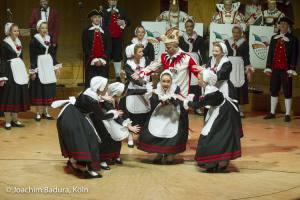 Hellige Knäächte un Mägde tanzen