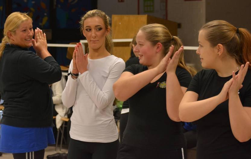 Daisy wird von der Tänzerin die Tanzschritte erklärt