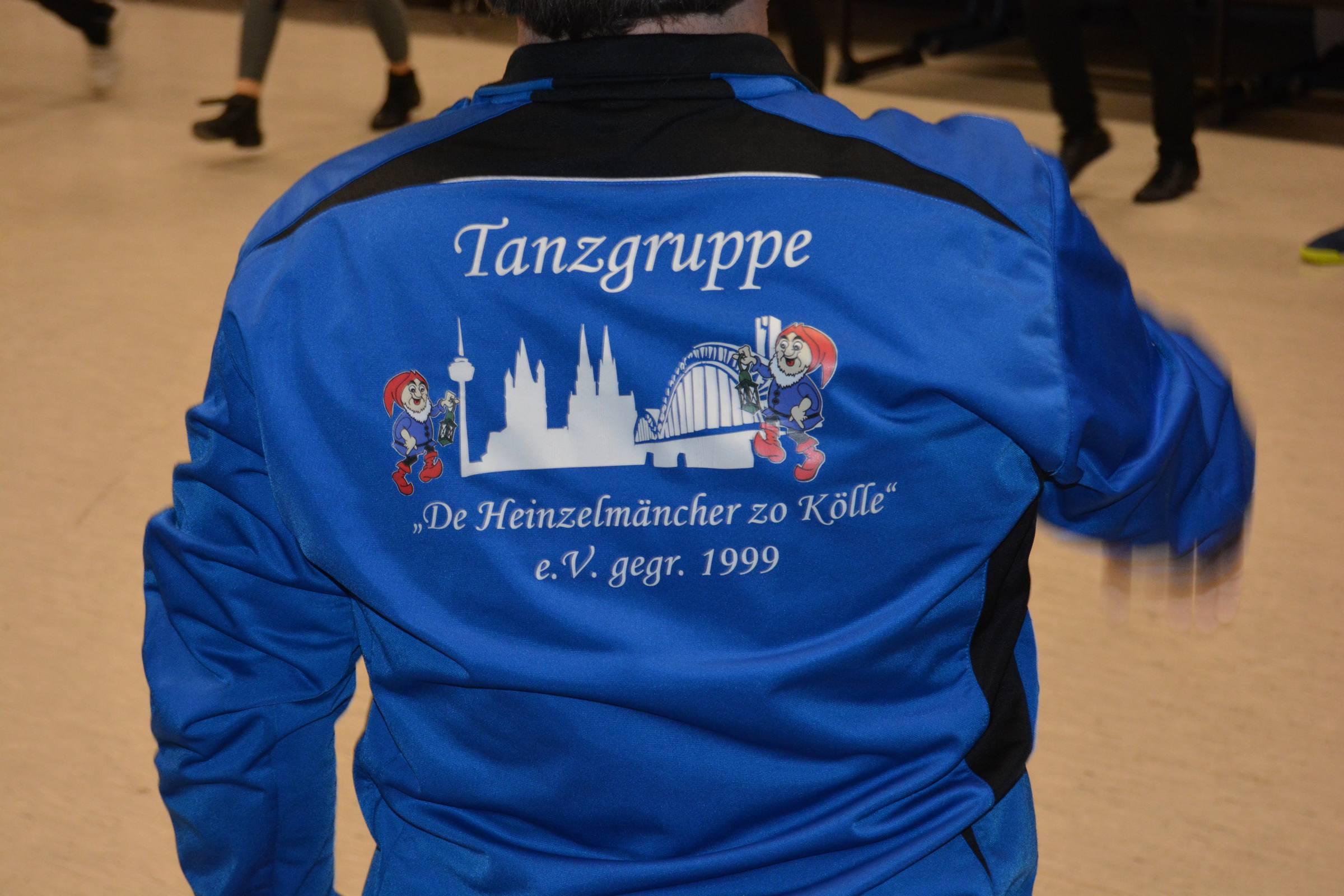Die Trainingsjacke der Tänzerin von den Heinzelmänncher in Blau-Schwarz
