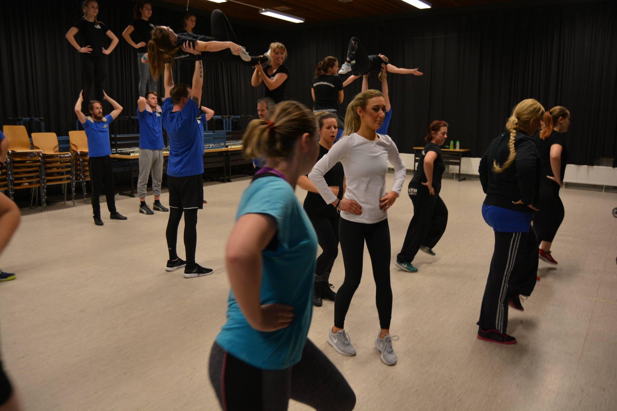 Heinzelmänncher Tänzerin und Daisy versuchen einen Rhythmus zu finden