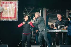 Die Höhnes singen mit der Gebärdendolmetscherin auf der Bühne am Heumarkt auch für Behinderte