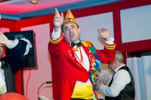 Der Prinz des Kölner Dreigestirn steht auf der Bühne und tanzt ausgelassen