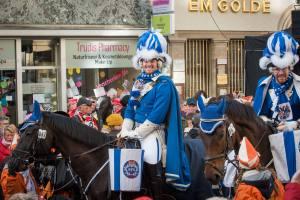 Nicolas der Berittmeister der Blauen Funken auf seinem Pferd vor dem goldenen Kappes