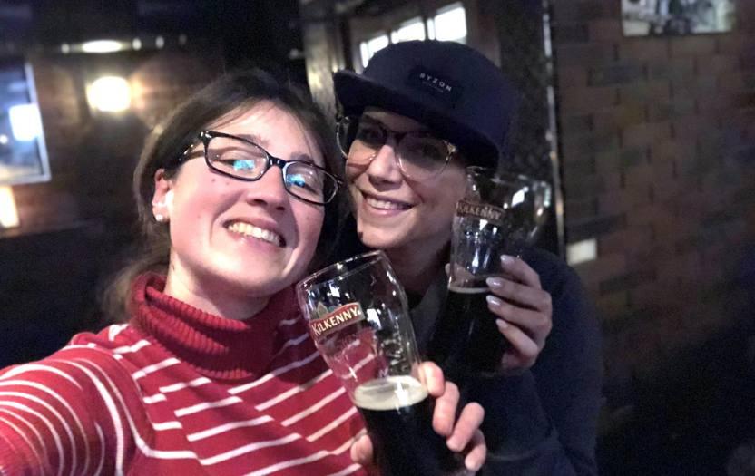 Bloggerin Nicci und Fotografin Vera Drewke mit dem Bier in der Hand