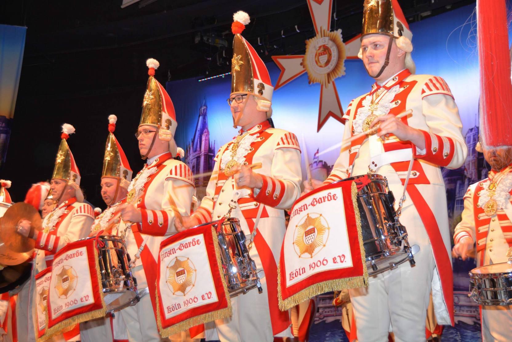 karneval-im-kleinen-schwarzen-galasitzung-abendgarderobe