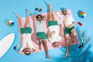 Werbebild von Planschemalöör: die Band liegt am Strand und sonnt sich