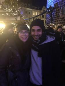 Bloggerin Nicci und Frontmann Juri auf dem Weihnachtsmarkt bei einem Glas Glühwein