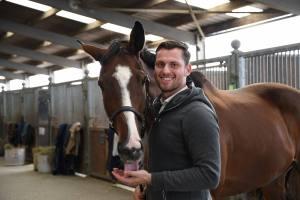 Nicolas der Berittmeister der Blauen Funken in Zivil mit seinem Pferd