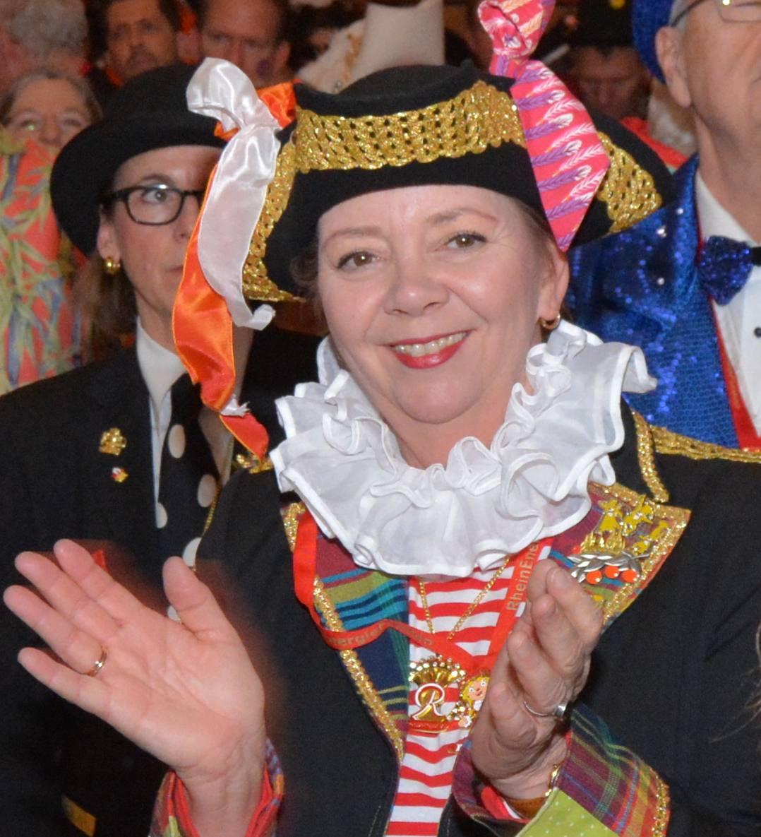 Siggi_Krebs klatscht mit auf der Karnevalssitzung