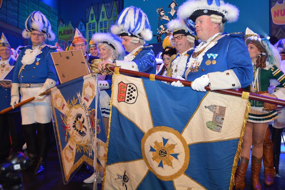 Der neue Präsident der Blauen Funken Björn Griesemann wird mit der Hand auf den Flaggen vereidigt