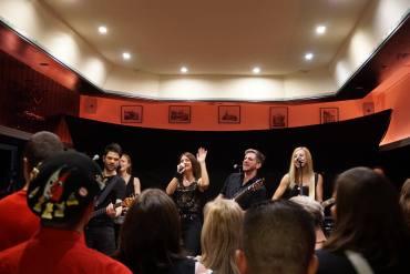 DIe Band Pläsier steht auf der Bühne und verformt ihren neuen Song