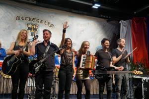 Die Band Pläsier begrüßt das Publikum auf der Bühne