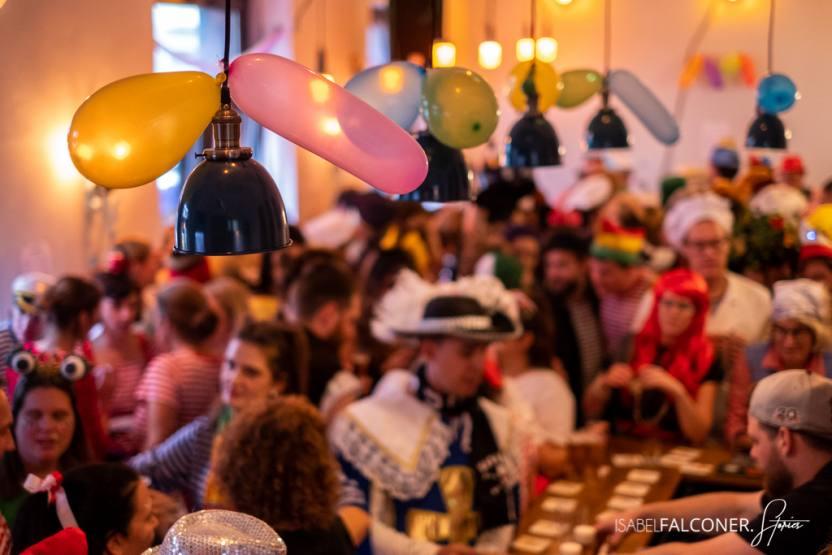 Willie Tanner die kanrevalskneipe, das ehemalige Wilhelms jeck, belebt von feiernden Menschen mit Ballons