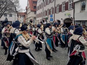 Narrensprung in Ulm. Die Blaskapelle spielt ihre Musik zum Narrensprung.